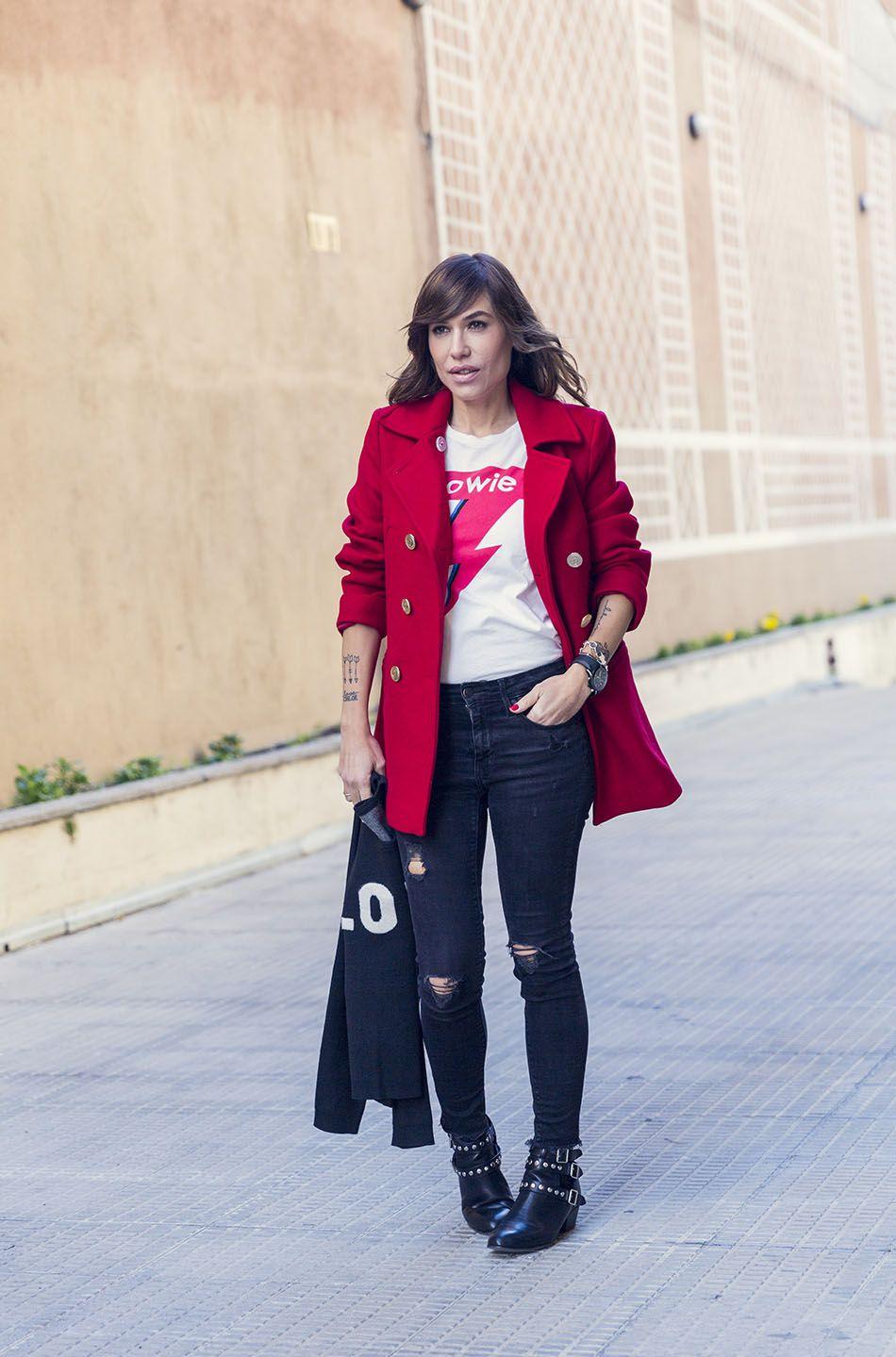Abrigo rojo con jeans