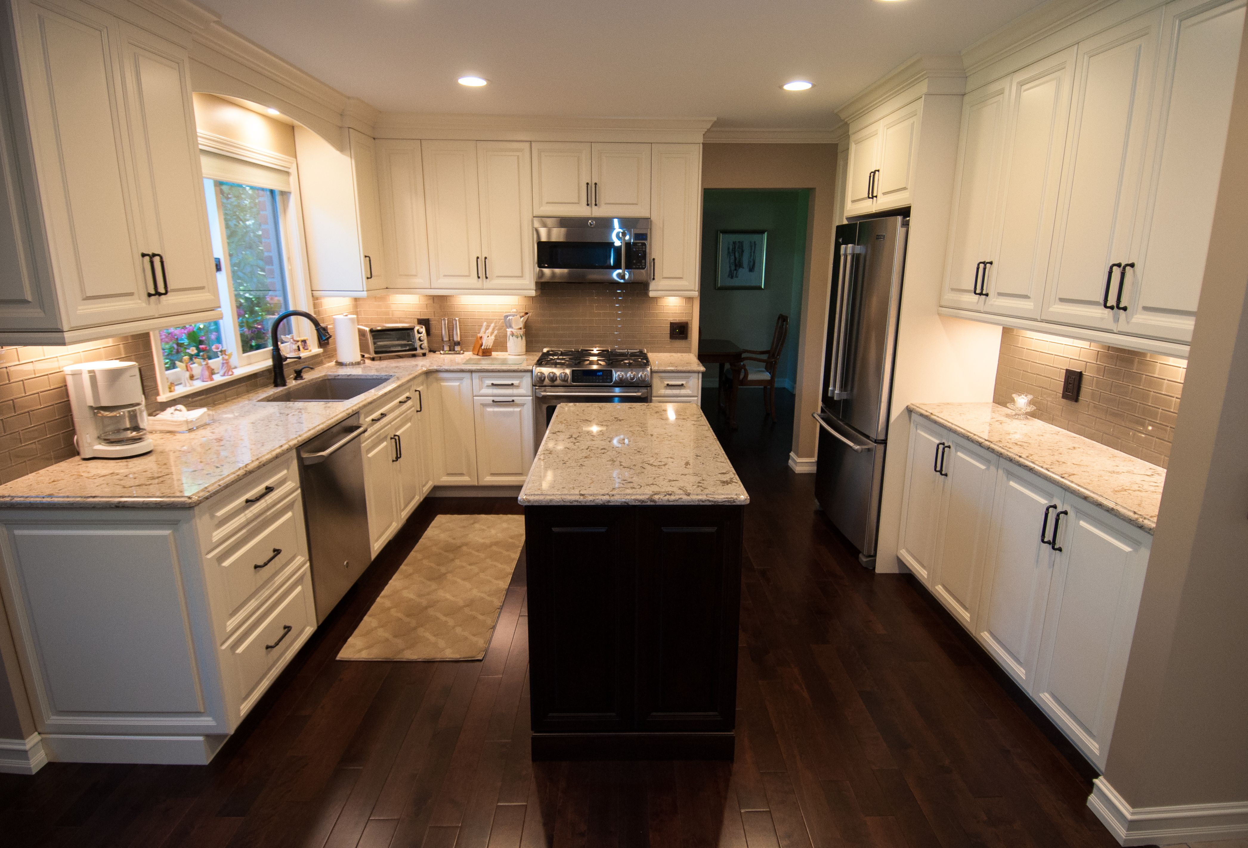 An Incredible Kitchen Fully Remodeled By Lafata Cabinets The Island Cabinets Used Doors Of Saratoga In Cherry With A Custom Finish For The Island And Sar Mutfak