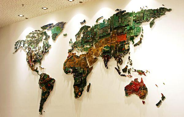 Britse designer Susan Stockwell werkt wel vaker met gerecyclede elektronische onderdelen, maar haar onlangs afgeronde project World is misschien wel de speciaalste van allemaal. World is een gigantische wereldkaart gemaakt van oude computer onderdelen voor de University of Bedfordshire.