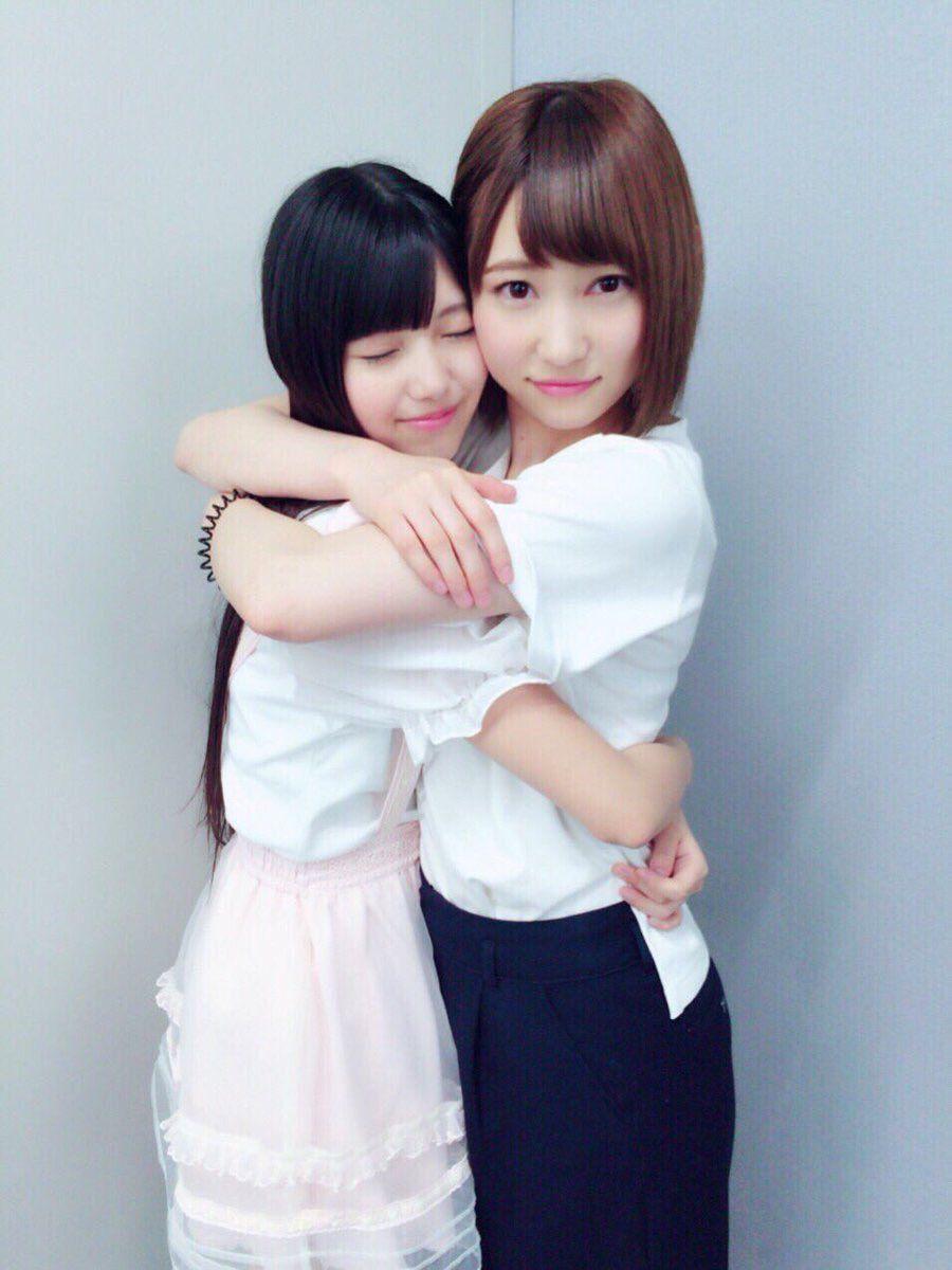 上村莉菜 抱き合う