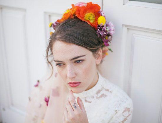 Tocados de flores naturales y ramos para novias bellas