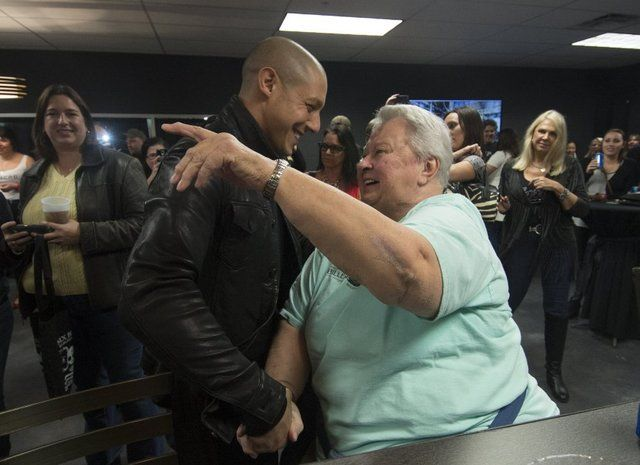 theo rossi meeting his fans  | Theo Rossi one of the actors of the popular television series Sons of ...