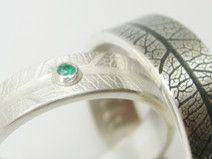 Silber Eheringe mit Smaragd und Blattstruktur