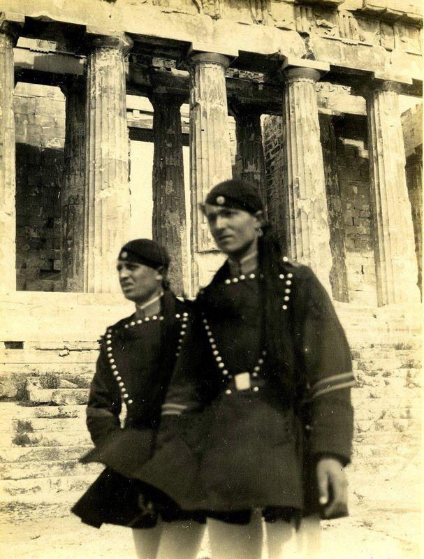 Evzones - Acropolis Græske soldater på Akropolis. 1928