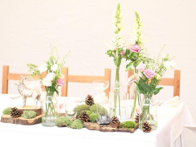 SVADOBNÁ VÝZDOBA V PENZIÓNE POD HÁJOM Jemnučká svadobná výzdoba s lesnými doplnkami. Rozsypali sme veľa šišiek, machu a pomedzi sme povkladali starodávne fľašky s kvietkami