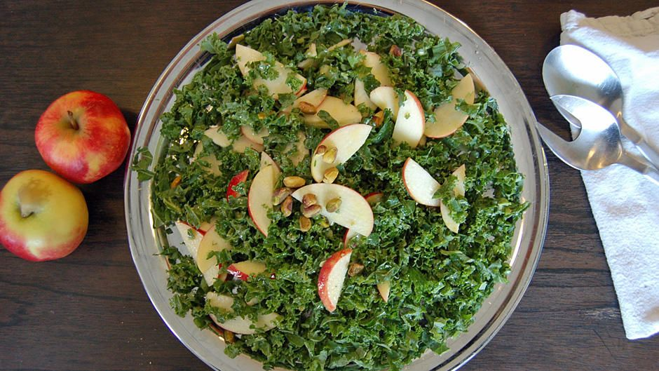 Skål med salat af grønkål, æbler og pistacienødder