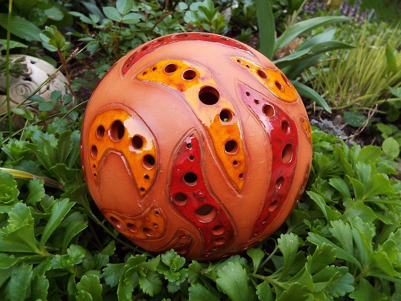 Windlichter Grosse Keramik Lichterkugel Rot Orange Ein Designerstuck Von Keramik Werkelkeller Bei Dawanda Tonskulpturen Keramik Blumen Keramik Ideen
