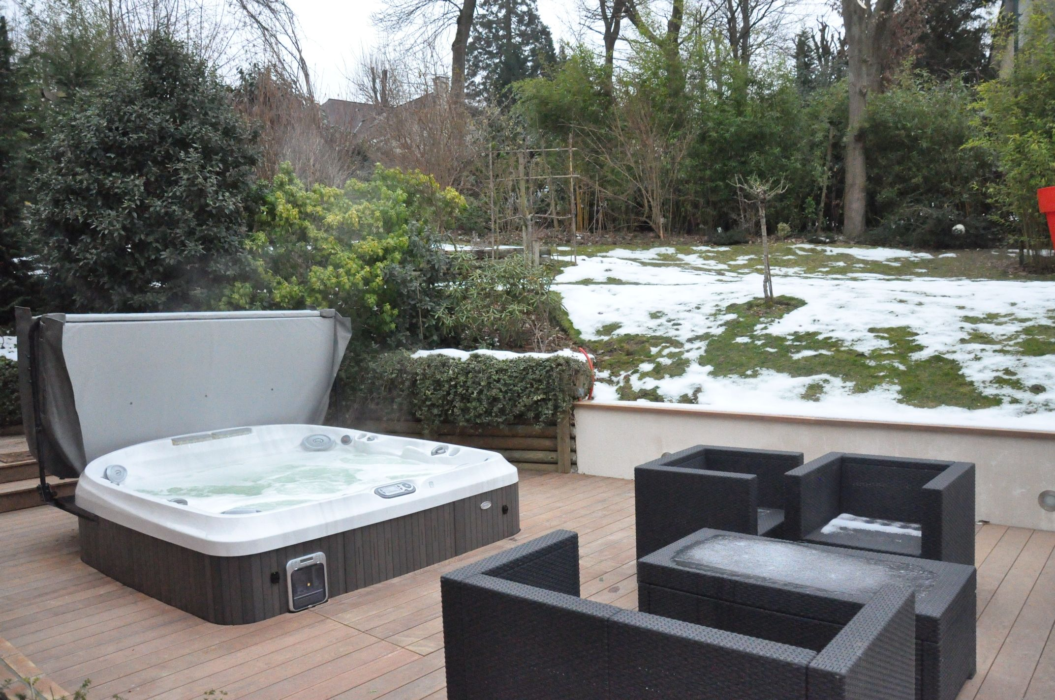 spa jacuzzi sur une terrasse spa jacuzzi terrasse. Black Bedroom Furniture Sets. Home Design Ideas