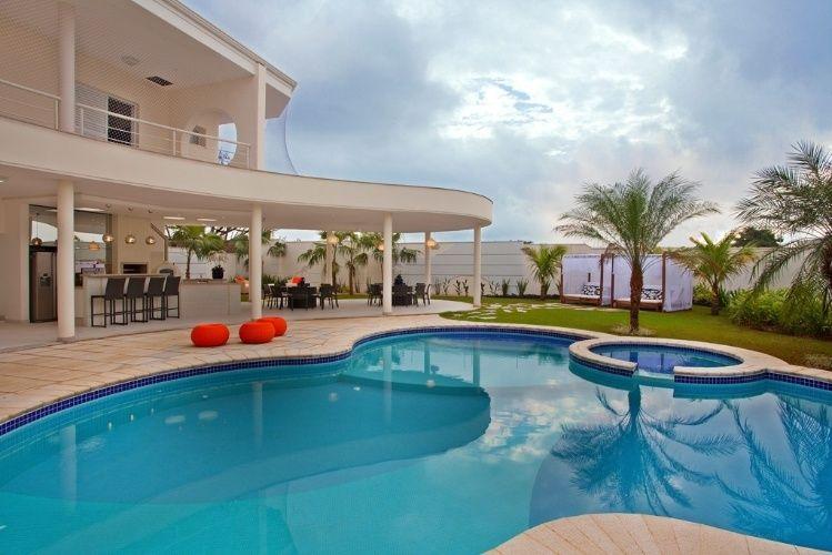 A casa de veraneio do meio-campista Oscar, em Americana (SP), privilegia as áreas de lazer, onde se destacam a ampla piscina de formas orgânicas e o espaço gourmet, sob a laje de concreto. O projeto de arquitetura é de Aquiles Kílaris