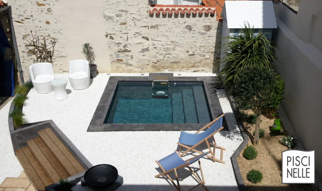 petite piscine sophistiqu e avec un liner gris fonc et des margelles en ardoise situ e sur la. Black Bedroom Furniture Sets. Home Design Ideas