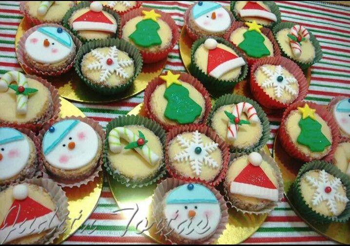Alfajores tradicionales decorados con motivos navideños Por Judith