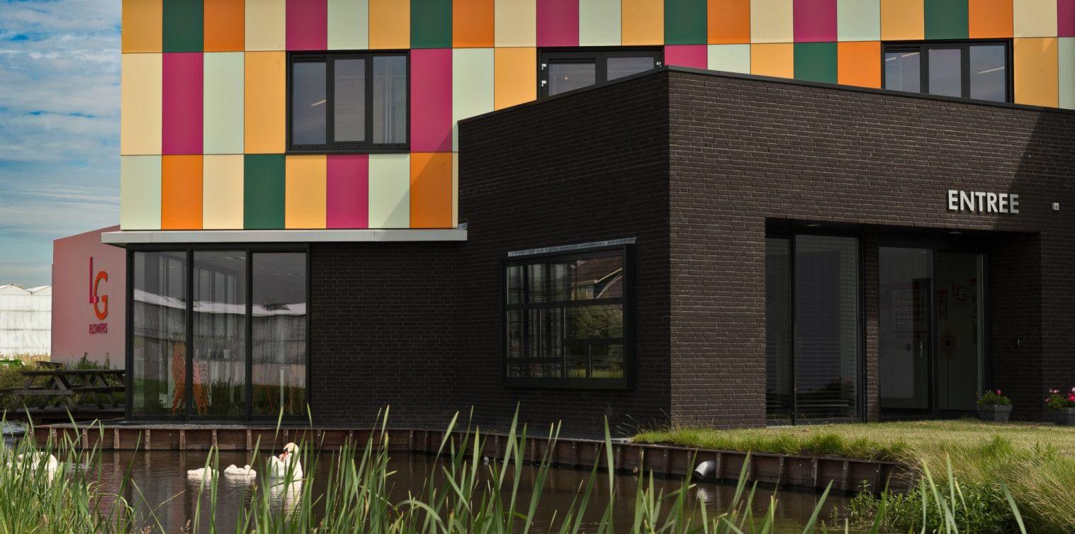 Kantoorpand Pijnacker, #Massief NT Kunststof gevelbekleding #gelijmd. Realisatie: 2015   Architect: Oosterlaan | Architectuur & Vormgeving  https://www.plastica.nl/referenties/bedrijfspand-pijnacker/