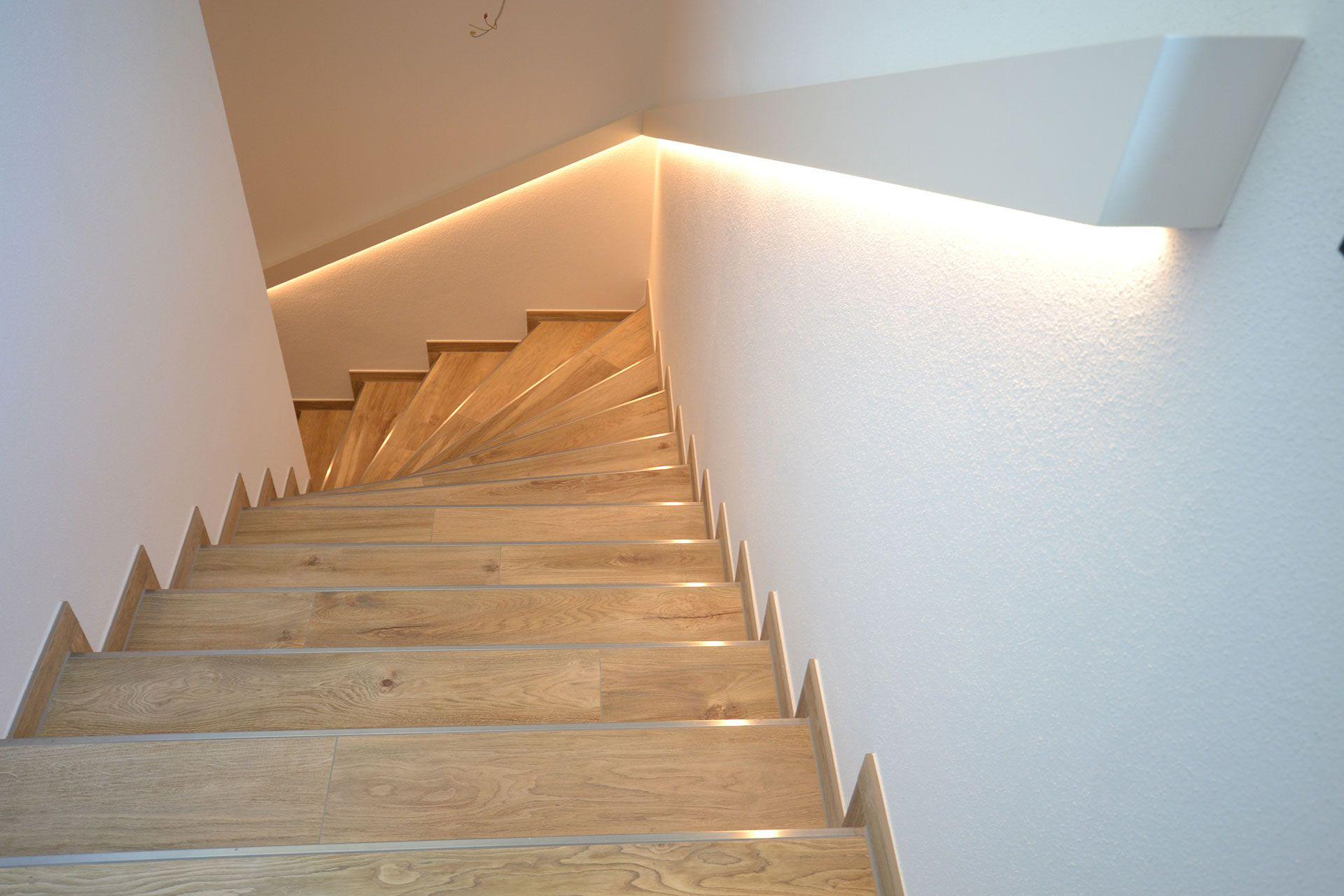 Eine Klare Linie Unauffallig Schon Mit Griffkomfort Und Integrierter Treppenbeleuchtung So Wird Der Treppenaufgang Nicht N Treppenbeleuchtung Handlauf Treppe