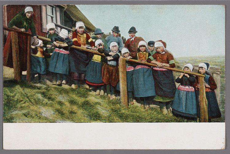 Een grote groep kinderen in Marker dracht poseert op een trap naar het woonhuis. 1895-1910 #NoordHolland #Marken