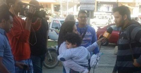 osCurve News: Repórter egípcia vai trabalhar com filho no colo e...