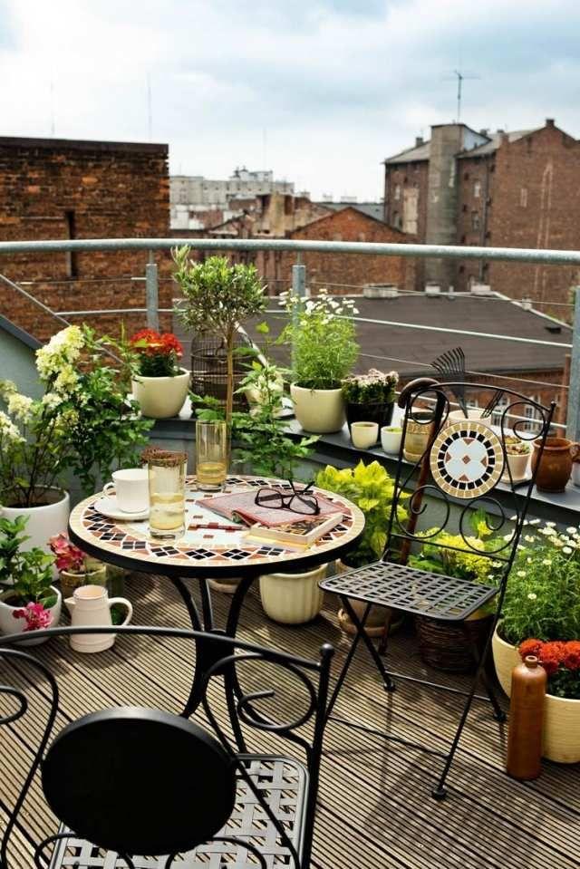 Balkongestaltung Schmiedeeisen Möbel Pflanzen Wpc Dielen ... Tipps Balkongestaltung Dekorieren