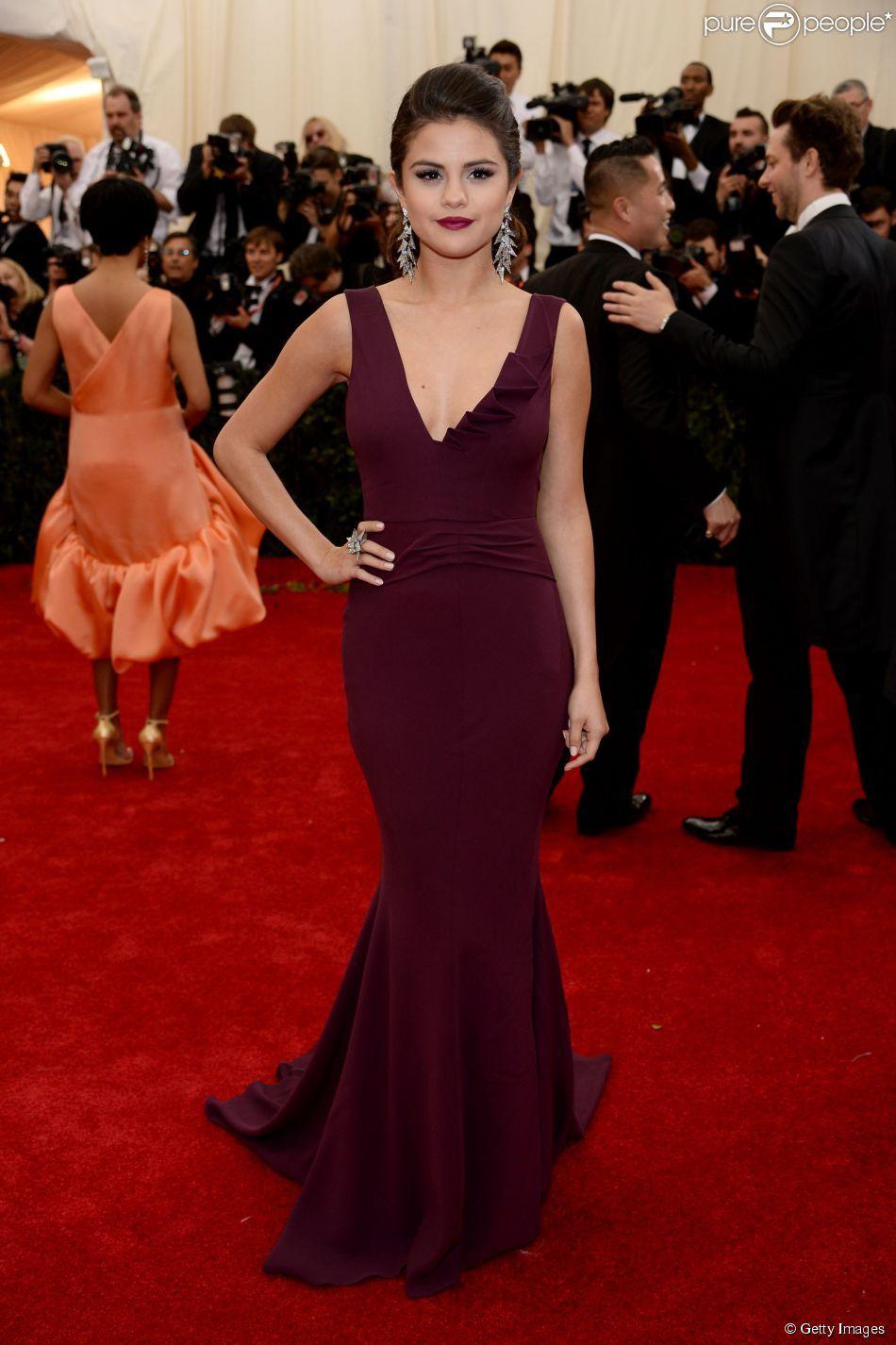PHOTOS - Elegante e sem deixar de ser sexy, Selena Gomez usou um ...