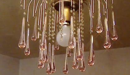 I lampadari di cristallo hanno il loro fascino ma, proprio come tutti gli altri lampadari, raccolgono polvere e sporcizia! Come Pulire Un Lampadario Di Cristallo E Farlo Tornare A Brillare Video Lampadario Di Cristallo Lampadario Lampadari Cristallo