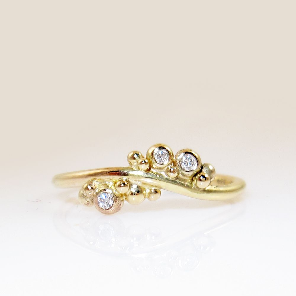Galleri Castens - Delicate gold ring with bubbles and diamonds ...