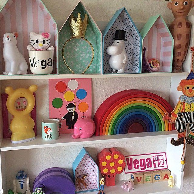 Colorful kids room shelf display simonyverden.blogspot.com