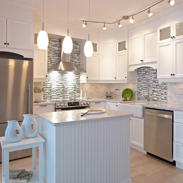cuisine style classique avec armoires de m lamine polyester petit salle de bain toilette. Black Bedroom Furniture Sets. Home Design Ideas