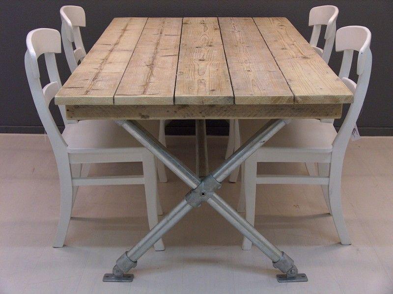 Tafel met steigerhouten blad en steigerbuizen kruispoot Steigerhouten tafel met steigerbuizen zelf maken