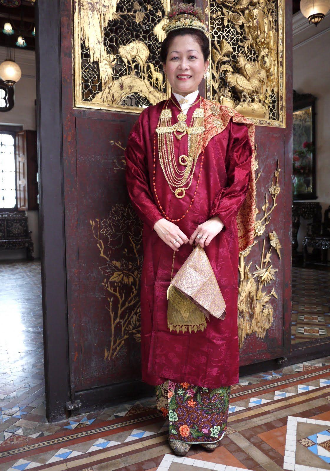 Baju panjang Nyonya Baba