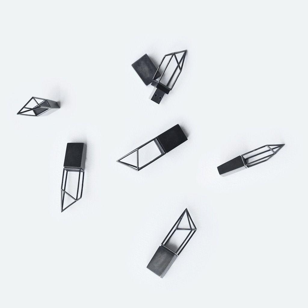 Empty Memory , prodotto da Logical Art, è una collezione di memory stick USB dalla struttura esile e scultorea. Da usare tutti i giorni ma anche da indossare come gioielli.