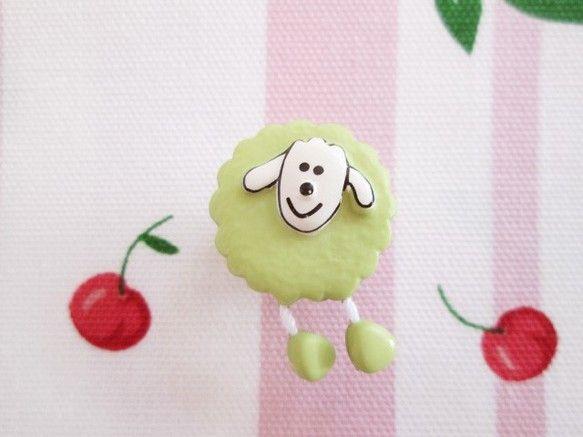 フランス 羊のボタン プリティシープ ピスタチオです。ふっくらまるいボタンに、にこにこ笑顔のお顔とかわいい足が2本ぷらぷらとぶらさがっています。ご入園バックの...|ハンドメイド、手作り、手仕事品の通販・販売・購入ならCreema。