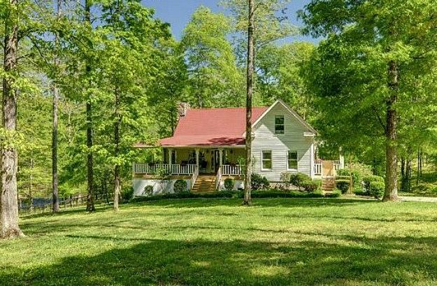 A Farmhouse In Leipers Fork Tennessee Hooked On Houses Farmhouse Architecture Vacation Home House