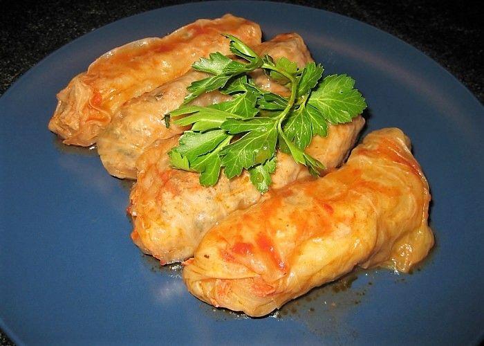 Lahana Dolmasi-- Il lahana dolmasi è un saporito piatto della tradizione turca a base di pollo, carne di vitello e uova--