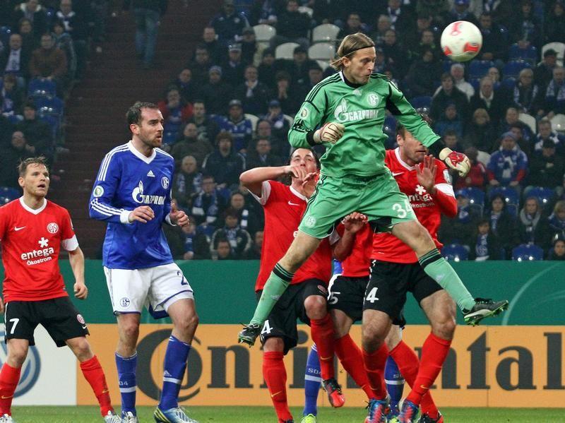 Torwart Timo Hildebrand (M) vom FC Schalke 04 versucht es mit einem Kopfball. Doch die Aktion des Keepers in der Nachspielzeit war erfolglos: Schalke schied nach einem 1:2 gegen Mainz im DFB-Pokal-Achtelfinale aus. Foto: Kevin Kurek