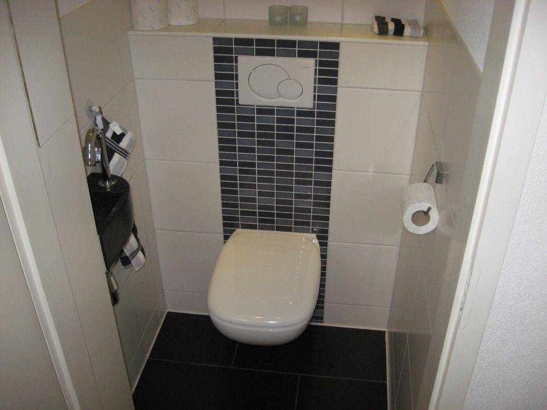 Baan mozaiek op achterwand toilet #tegel badkamer toilet