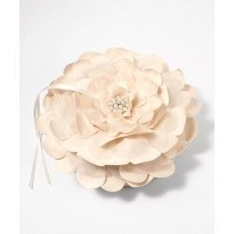 Sensationelles und einzigartiges Ringkissen!  Das Ringkissen gleicht einer Blume mit mittig einer Perle und zwei Satinbändern, an welchen die Ringe festgemacht werden können. Sehr schöne Kwalität.  An der Unterseite des Ringkissens ist ein Handgriff angebracht zum einfachen Festhalten.  Abmessungen: 18 cm Durchschnitt