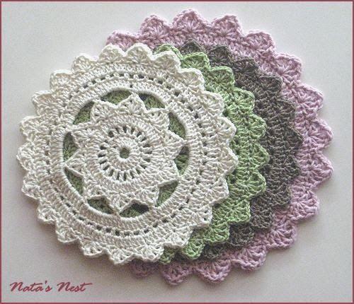 Die kostenlose Anleitung für diese tollen Deckchen ist bei Crochet ...