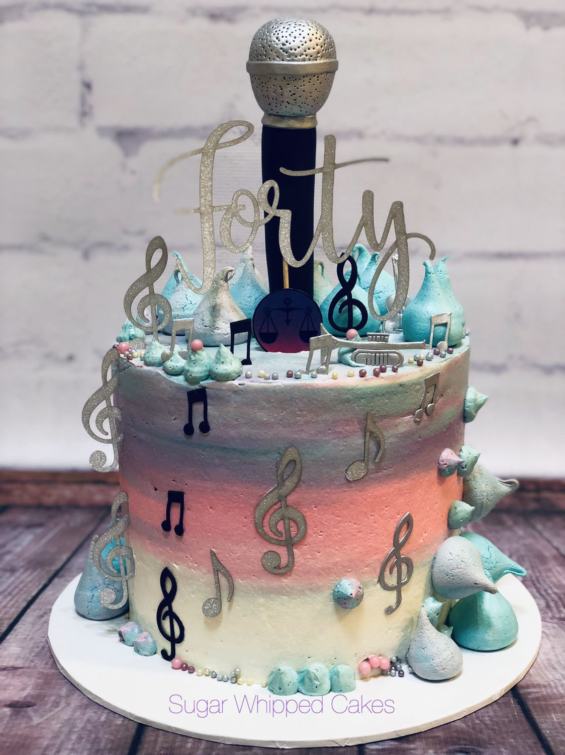 Fondant microphone, Meringues and musical decorations ...