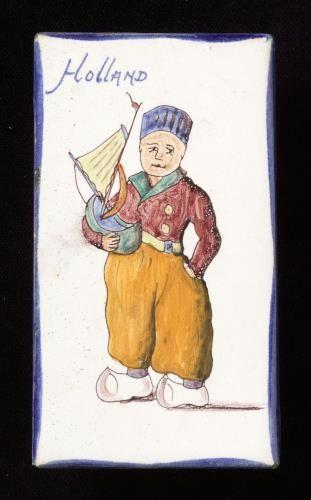 Tegel van keramiek, tinglazuur, voorstellende Figuur in streekdracht gemaakt door Westraven te Utrecht ca. 1954 | Collectie Gelderland
