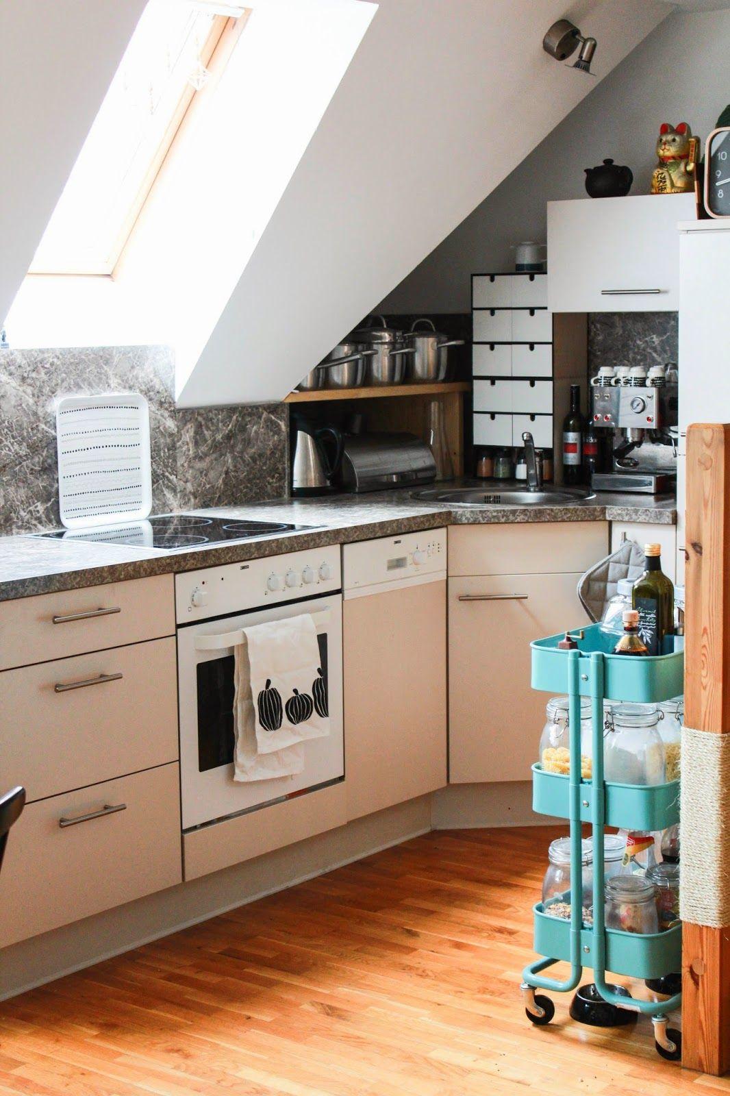Kleine Küche Mit Schrägen Und Auch Kaum Oberschränken