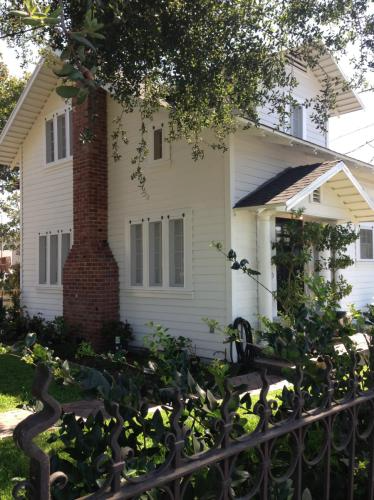 120 N Avenue 63 Los Angeles Ca 90042 Hotpads In 2020 Renting A House Dining Room Small Historic Properties