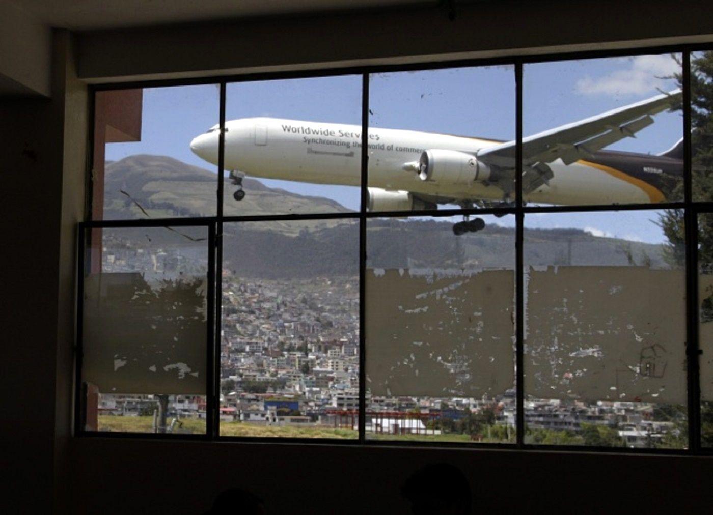Mariscal Sucre – Quito, Equador Através da parede de vidro do aeroporto se vê um avião chegar e aterrizar. O Aeroporto da Capital do Equador é um dos aeroportos mais difíceis para os pilotos na América Latina. Há uma pista de aterrizagem muito curta, que passa perto de vários vulcões ativos. http://www.taringa.net/posts/imagenes/16906703/Los-15-aeropuertos-mas-insolitos.html