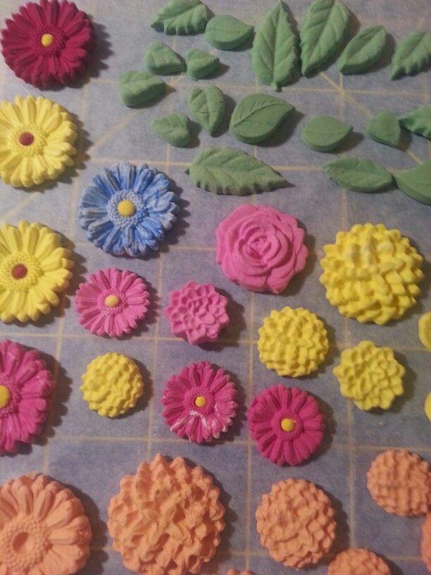 Aun el barro humedo le puse un centro de oteo color a algunos de las flores