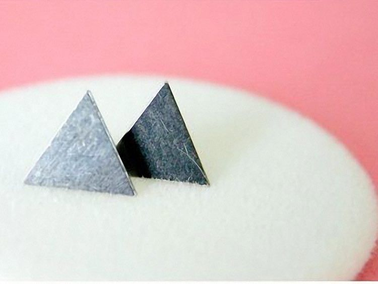 DIY Tutorial: Make earrings with screws and triangular tiles by DaWanda.com