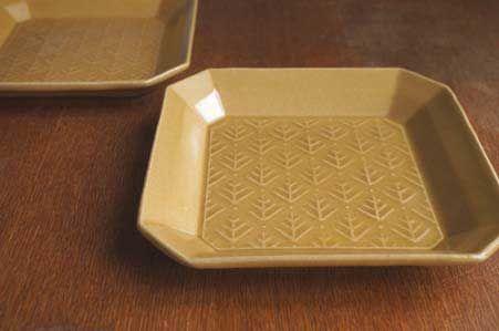 t1106 キャメル 隅切正方皿(cedar pattern) 生活陶器「on the table」