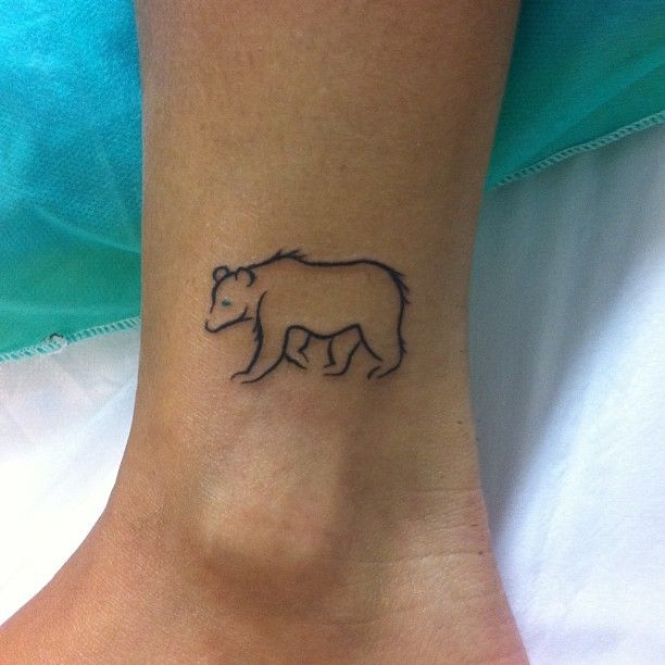 cute bear shape tattoo on ankle idea for woman tattoo pinterest tatouage ours tatouage et. Black Bedroom Furniture Sets. Home Design Ideas