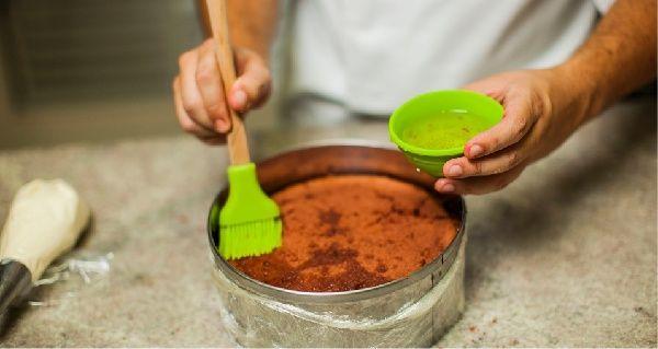A Calda Especial para Bolos de Chocolate da Chef Luzinete Veiga deixa qualquer bolo de chocolate simplesmente incrível, pois acentua o sabor de chocolate.