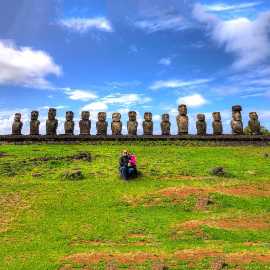 Hoje foi ao ar nossa matéria sobre as belezas da #IlhaDePáscoa na foto o #AhuTongariki segundo os arqueólogos estas estátuas representam pessoas reais tanto que cada escultura tem características próprias como diferentes rostos e forma provavelmente foram reis e governantes importantes dos Rapa Nui. Contamos tudo aqui: http://bit.ly/reihotu - - - - - - - - - - - - - - - - - - - -  #Ahu #Tongariki  @joao_s_araujo #isladepascua #Chile #moai #beautifuldestinations #hotelhangaroa #rapanui…