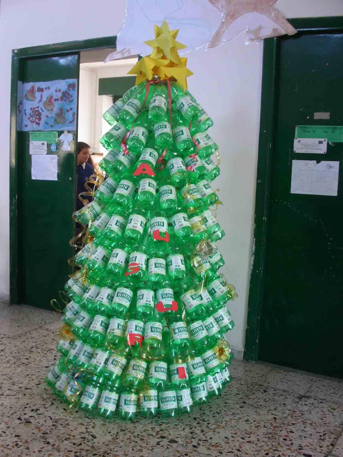 Albero Di Natale Con Bicchieri Di Plastica.Alberi Di Natale Con Bottiglie Di Plastica Fotogallery Donnaclick Alberi Di Natale Tappi Di Bottiglia Di Plastica Decorazione Festa