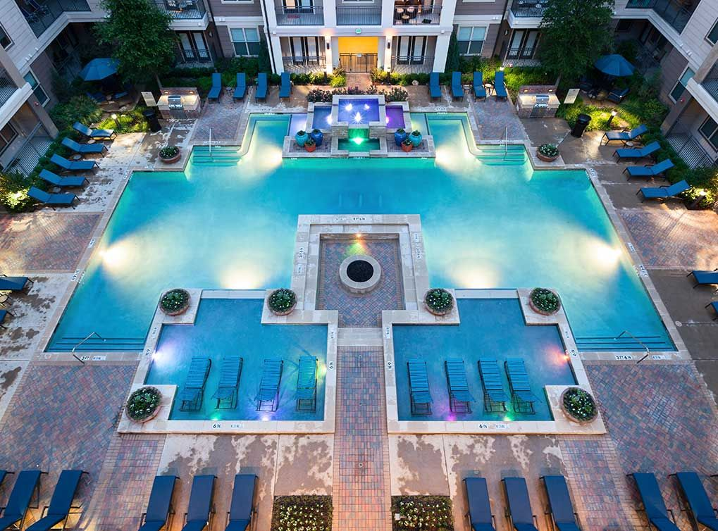 Resortstyle swimming pool with tanning island and