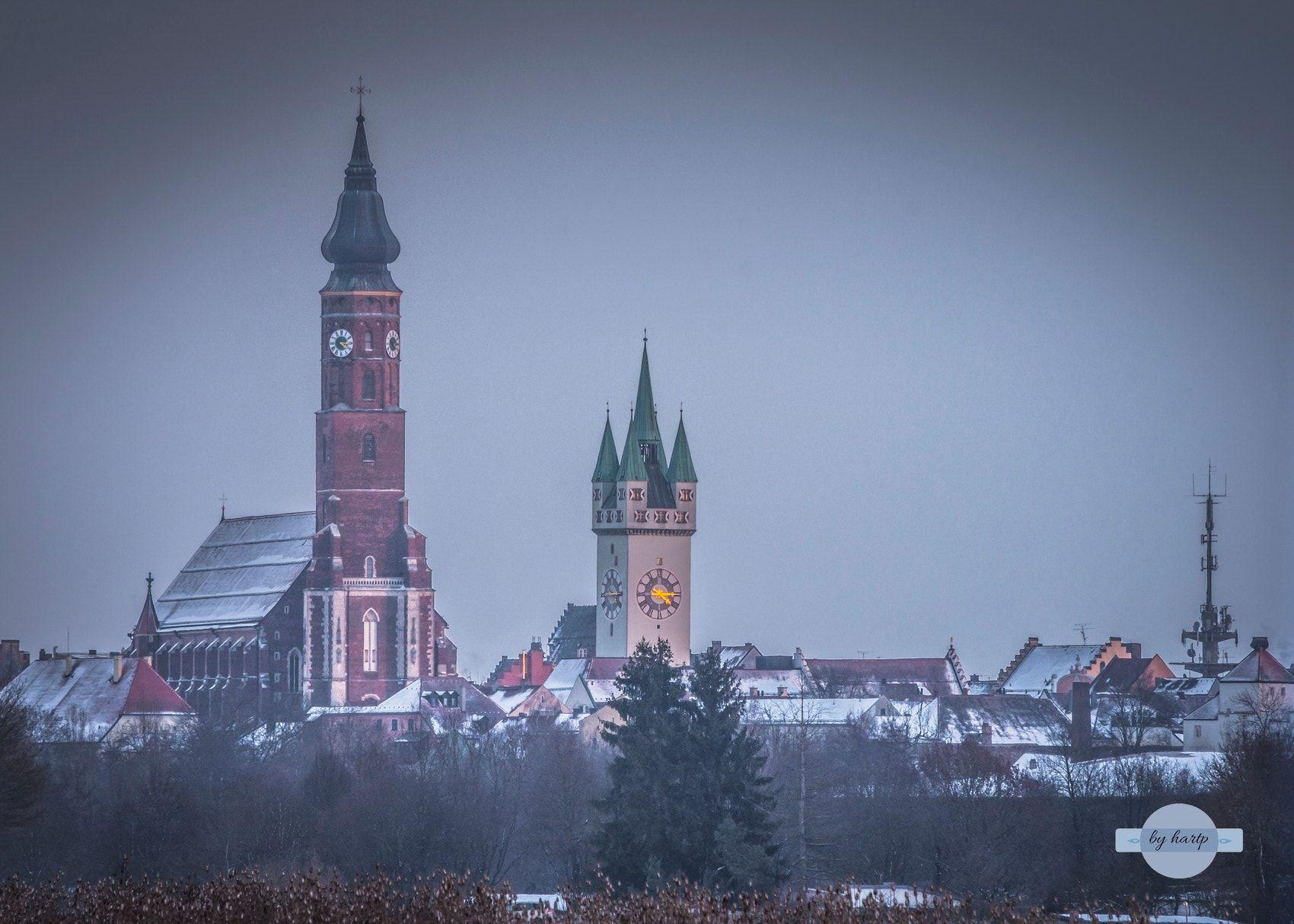 Verschneite Stadt Das Verschneite Straubing Mit Den Beiden Grossen Wahrzeichen The Snow Covered Straubing With The Two Major Landmarks Stadt Deutschland