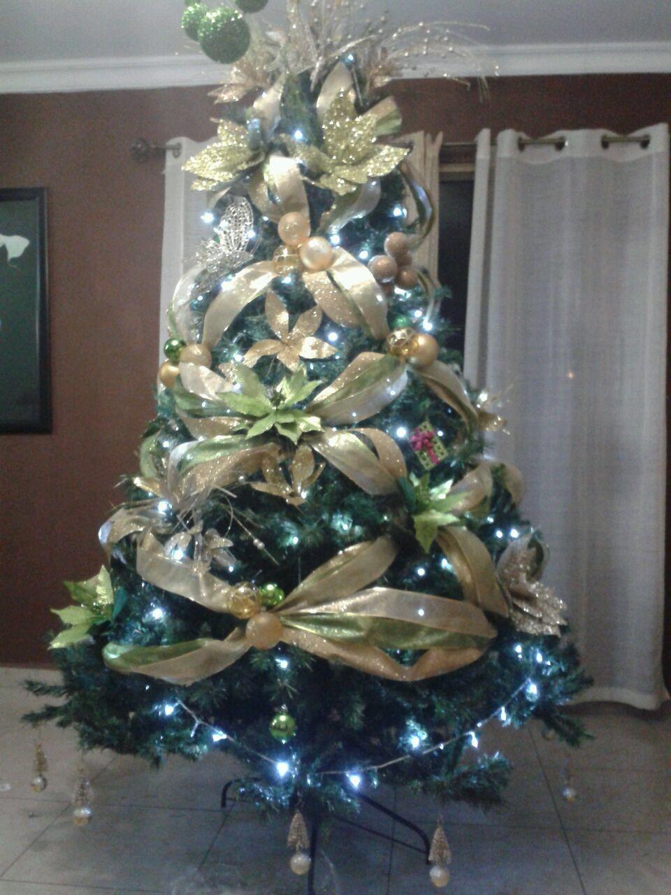Arbol Con Las Cintas Cruzadas Holiday Decor Christmas Tree Christmas